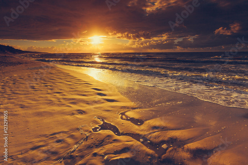 Poster  Beatiful sunset with clouds over sea and beach