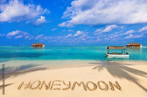 Fotografia  Słowo miesiąc miodowy na plaży