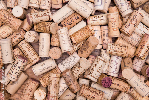 balagan-ukladania-wielu-tle-korka-wina