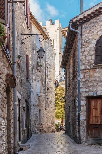 Fototapeten Schmale Gasse Narrow cobbled street in the old village Vence , France.