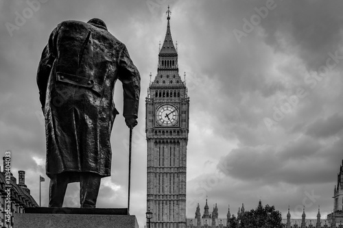 winston-churchill-na-placu-parlamentarnym-i-big-ben