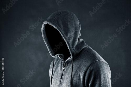 Fotografía Hooded man in the dark