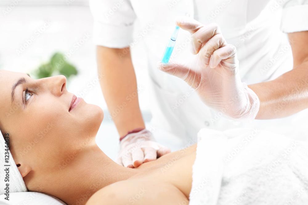Fototapeta Ostrzykiwanie botoxem skóry twarzy  w salonie odnowy biologicznej