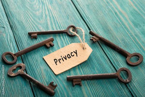 Fotografía  privacy concept - vintage key with tag with inscription