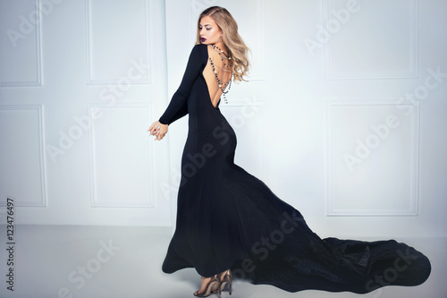 Fotografia  Elegant sexy woman in black dress.