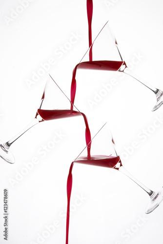 Fotografie, Obraz  liquido rosso versato su bicchiere da cocktail