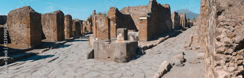 Poster Ruine roman ruins in pompeii with fountain public at a crossroads, wit