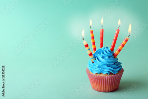 Photo  Delicious cupcake on table on light background