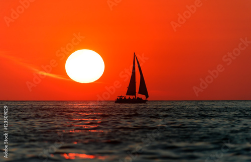 La pose en embrasure Rouge Sailboat Sunset