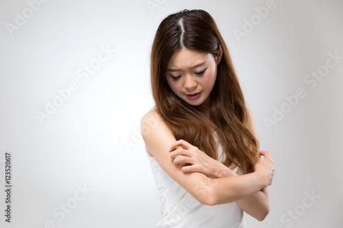 Fotografía  腕を掻く女性