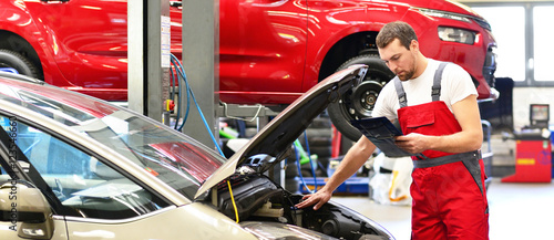 Zdjęcie XXL Obsługa klienta w garażu - mechanik sprawdza pojazd