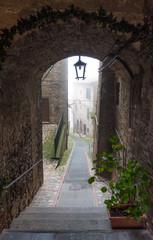 Fototapeta Niedzielę rano we mgle - Todi (Włochy), średniowieczne miasto z regionu Umbria