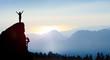 canvas print picture - Bergsteiger auf einem Gipfel im Gebirge bei Sonnenaufgang