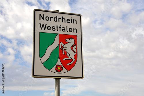 Foto  Nordrhein-Westfalen, NRW, Schild, Bundesland, Landesgrenze, Wappen, Bundesrepubl