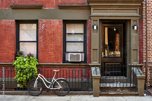 Aluminium Prints Bicycle a bike in front of a brownstone building