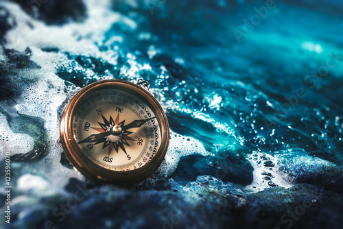 Foto compass on rocks with a dark sky