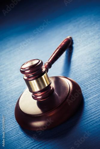 Fotomural judge gavel on a blue wooden background