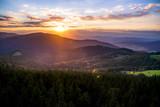 Zachód słońca w Beskidach, widok z Gorców na Beskid wyspowy i dolinę kamienicy
