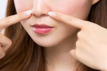 小鼻を指差す女性