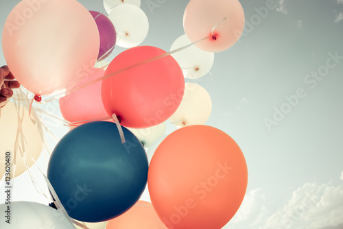 Poster Retro Colorful balloons flying on sky with a retro vintage filter effect. The concept of happy birthday in summer and wedding honeymoon party - usage for background (vintage color tone)