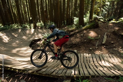Papiers peints Cyclisme Male cyclist cycling in forest