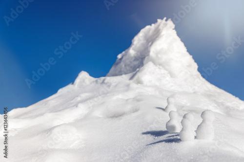 Deurstickers Antarctica viele Schneefiguren erklimmen einen berg im Schnee