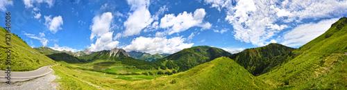 pejzaz-zielone-gory-i-blekitne-niebo-z-chmurami