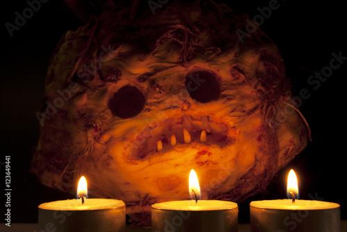 Photo  Halloween celeriac skull in candle light