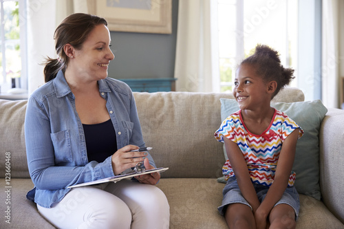 Fotografia  Young Girl Talking With Counselor At Home