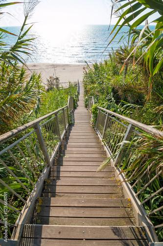 Fototapeta Schody - zejście na plażę - Włochy obraz