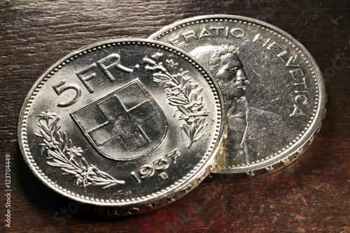 Valokuva Schweizer 5 Franken Silbermünzen auf rustikalem Holztisch