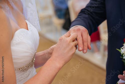 Poster de jardin Vache The bride wears a wedding ring