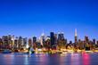 New York City Manhattan Skyline bei Nacht im Winter