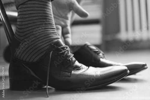 Fototapety, obrazy: Man putting on shoes