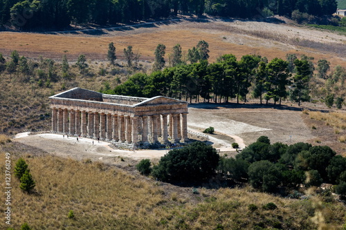 Fotografie, Obraz  Unusually well preserved Greek Doric temple of Segesta is thought to have been built in the 420's BC by an Athenian architect and has six by fourteen columns on a base measuring 21 by 56 meters