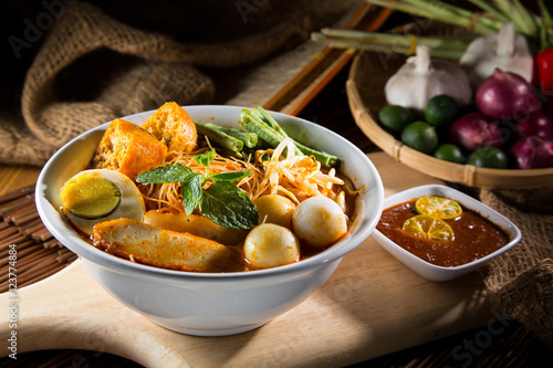 Photo  traditional curry spicy noodle soup