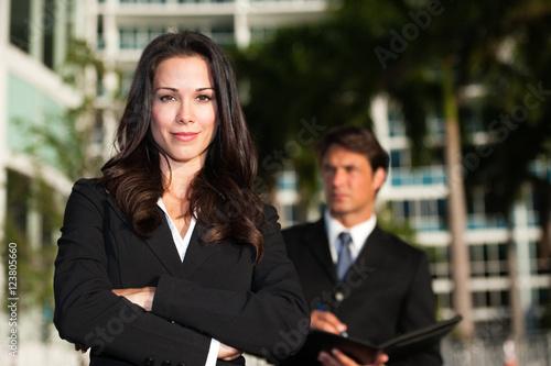 Plakat Biznesmen i bizneswoman outdoors śródmieście