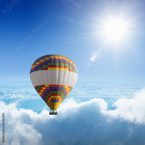 balon-na-gorace-powietrze-leci-bardzo-wysoko-w-blekitne-niebo