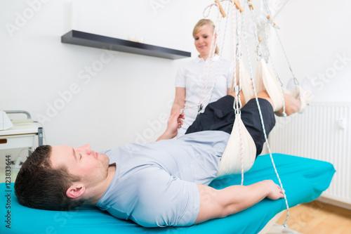 Fotografija  Patient bei der Physiotherapie macht Krankengymnastik mit seiner Therapeutin