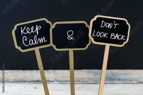 Foto  Keep Calm and Do Not Look Back message written with chalk on mini blackboard lab