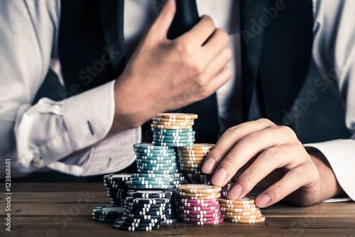 Valokuva  カジノのチップを持っている男性