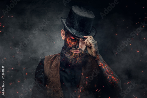 Photo A man with burning face and arm.
