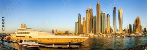 Fototapeta Panoramiczny widok Dubaj Marina zatoka z jachtem i chmurnym niebem, Dubaj, UAE.