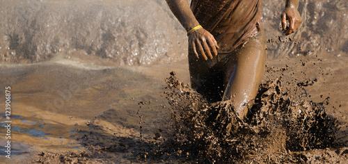 Cuadros en Lienzo  Man running in mud
