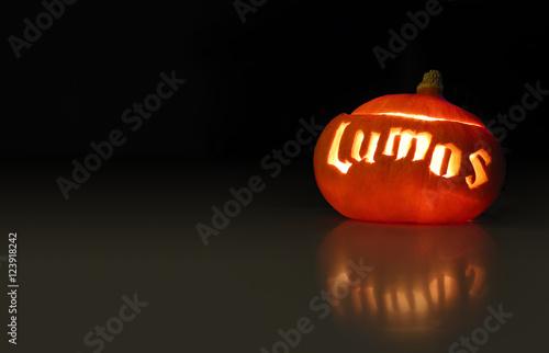 Halloween Kürbis leuchtet mit Schriftzug Lumos