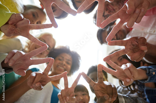 international students showing peace or v sign Fototapet