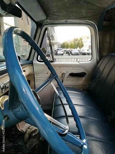фотография  Blaues Lenkrad eines amerikanischen Pick-up der Sechzigerjahre mit blauem Lenkra