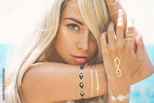 Fotografia, Obraz  Beautiful blonde lady at beach with flash tattoo