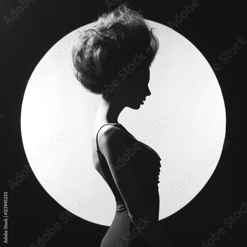 Valokuva Elegant woman on geometric background