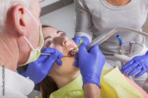 Fotografija  Behandlung beim Zahnarzt